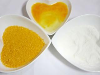 喜庆又好吃的黄金芋头酥,鸡蛋打成蛋液备用,面粉、面包糠分别用盘子装好备用。