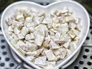 喜庆又好吃的黄金芋头酥,芋头洗净去皮,切成大块状,入锅隔水蒸至软熟,约15分钟。