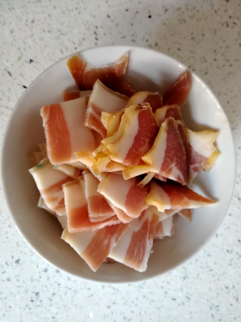 蒜苗炒腊肉,<a style='color:red;display:inline-block;' href='/shicai/ 436'>腊肉</a>切薄片。装盘备用。