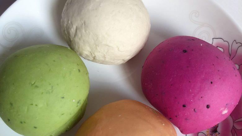 五彩饺子,其他颜色的面团同样操作,全部弄好后醒发半小时,再揉一遍,面团就会变的很光滑