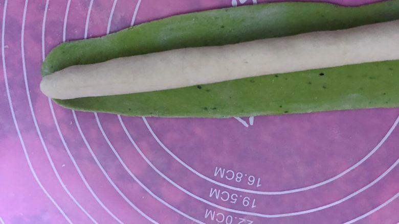 五彩饺子,取一块白色的面搓成长条,绿色的面擀成长片状