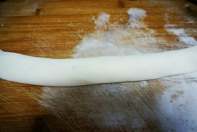 红糖香酥饼,将面皮从一端卷起来。