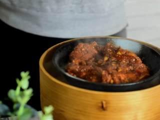 快手粉蒸肉,简简单单就可以完成的一道美食,放入蒸锅,盖上盖子,中小火蒸1小时左右。