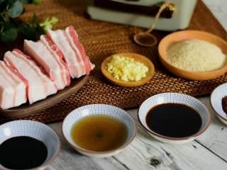 快手粉蒸肉,简简单单就可以完成的一道美食,『食材』  黑毛猪肉/蒜末/蒸肉粉  老抽/料酒/生抽/豆瓣酱/生菜/葱