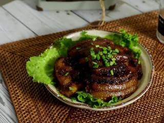 快手粉蒸肉,简简单单就可以完成的一道美食,盛入有生菜托底的盘子,再撒些葱花点缀即可。