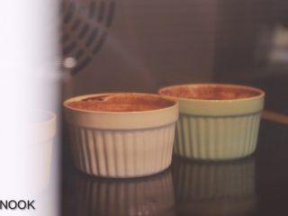浓醇黑巧克力流心蛋糕,放烤箱中层烤10分钟,