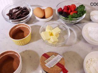 浓醇黑巧克力流心蛋糕,食材准备