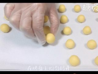 玛格丽特饼干,搓成圆形放入烤盘