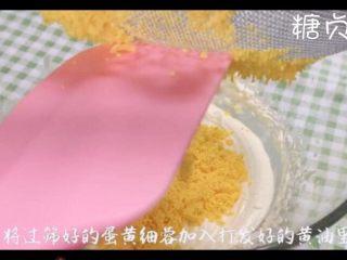 玛格丽特饼干,蛋黄用网筛过筛至打发的蛋黄中