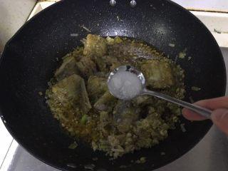红烧带鱼,加入适量盐