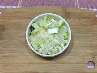 红烧带鱼,葱姜蒜切末备用