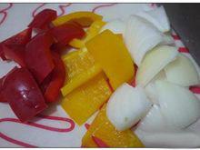 酸甜咕咾肉,<a style='color:red;display:inline-block;' href='/shicai/ 29/'>洋葱</a>、甜椒及凤梨切片。