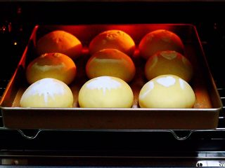 奶香四溢的紫薯小餐包,启动东菱烤箱170度提前预热10分钟。