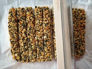 花生芝麻糖,将油纸提起,放在砧板上,用利刀将它切成小块
