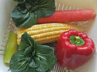 儿童餐-蔬菜叮炒饭&海带豆腐肉丸汤,准备食材,青菜,玉米,菜椒清洗干净,刚好剩了一段<a style='color:red;display:inline-block;' href='/shicai/ 124/'>莴笋</a>就用上了
