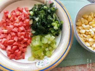 儿童餐-蔬菜叮炒饭&海带豆腐肉丸汤,胡萝卜切叮,莴笋切叮,青菜切碎,剥好玉米粒
