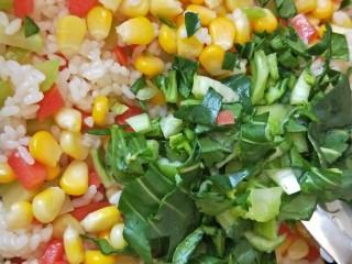 儿童餐-蔬菜叮炒饭&海带豆腐肉丸汤,加入青菜碎翻炒