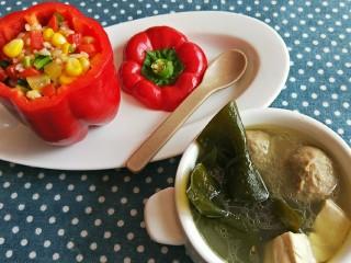 儿童餐-蔬菜叮炒饭&海带豆腐肉丸汤,做后把蔬菜叮炒饭盛在饭盅里,一碗豆腐海带肉丸汤,让小朋友眼前一亮的美味营养的儿童餐就做好了