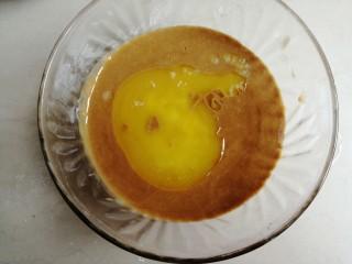 红糖马拉糕,倒入黄油