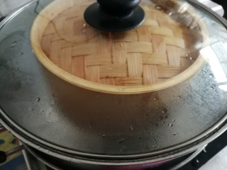 红糖马拉糕,锅里的水烧开后放上蒸笼,大火蒸30分钟