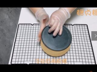 基础蛋糕胚,拿出烤箱放在晾网倒扣放凉再脱模