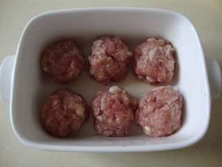 西西里肉丸意面,团成小丸子,放到烤碗中