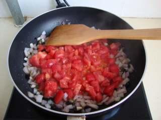 西西里肉丸意面,加刺山柑、黑橄榄炒香,加西红柿粒炒软