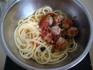 西西里肉丸意面,放入烤好的肉丸和酱汁中拌匀