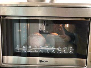 黑加仑黑米软欧包,17、烤箱150度上下火预热好,放入烤盘烘烤28分钟后取出即可。