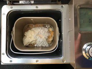 黑加仑黑米软欧包,3、面包桶装入面包机中,启动和面功能。
