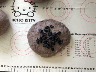 黑加仑黑米软欧包,12、放入黑加仑葡萄干。(黑加仑葡萄干提前用温水泡软后沥干水分)
