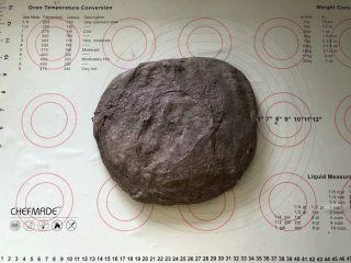 黑加仑黑米软欧包,8、取出面团轻轻按压排一下气。
