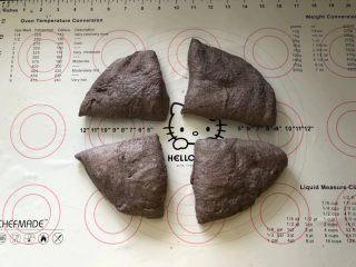 黑加仑黑米软欧包,9、分割成四等份。