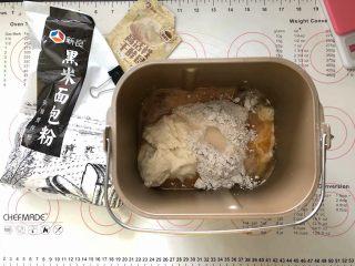 黑加仑黑米软欧包,2、然后把主面团里除了黄油之外的其他材料放入面包桶里,先放粉类,干酵母最后再放,老面全部放入。