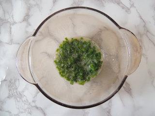 芝麻葱花面包,松弛面团的时候,可以来准备葱花馅。小葱清洗干净沥干水分,切成葱花放入碗中,加入蛋液、油、盐、胡椒粉,搅拌均匀备用。