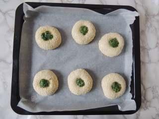 芝麻葱花面包,擀面杖拿下来以后,面团中间会出现一个深窝状,在里面填入适量葱花馅料。
