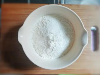麻辣豆腐粉条香菇包,准备400g面粉。