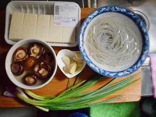 麻辣豆腐粉条香菇包,准备包子馅料所需的食材。粉条与干香菇提前用水泡发。