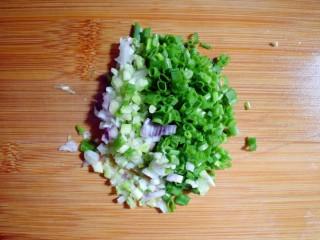 麻辣豆腐粉条香菇包,葱切成葱花。