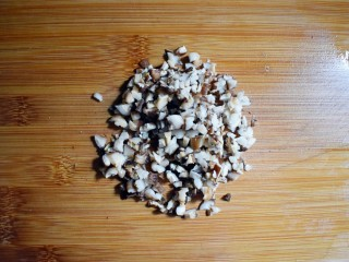 麻辣豆腐粉条香菇包,香菇切成丁。