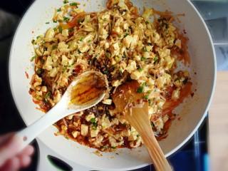 麻辣豆腐粉条香菇包,一勺香油。