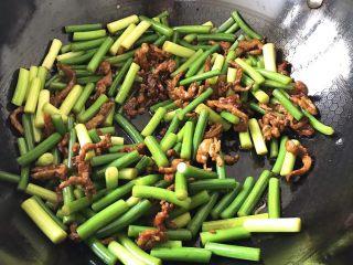 过年要吃土了?别慌,这道菜只需两种食材,便宜营养又好吃,加入之前炒好的肉丝一起翻炒,关火前撒些食盐,最后盛出