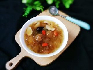 枸杞红枣银耳汤,出锅盛入碗中慢慢品尝吧