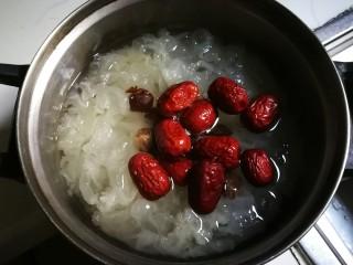 枸杞红枣银耳汤,放入红枣炖十分钟