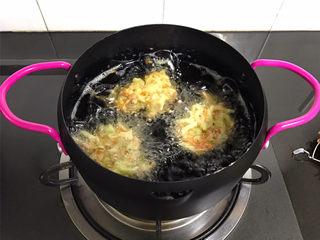 萝卜丝饼,锅中倒入适量油,油温6成热时用勺子舀起一勺萝卜丝,放入锅中。