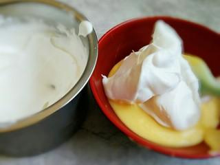 火龙果盒子蛋糕,取一部分蛋清入蛋黄中翻拌均匀之后,再倒入蛋白霜之内翻拌均匀