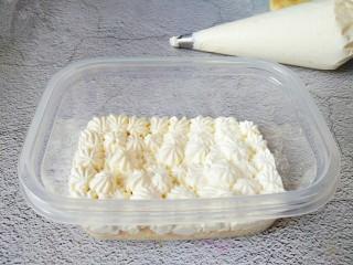 火龙果盒子蛋糕,上面挤一层淡奶油