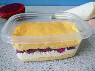 火龙果盒子蛋糕,入火龙果,再加一层蛋糕片