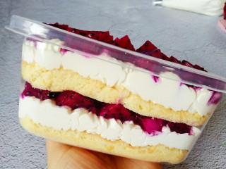 火龙果盒子蛋糕,再一层奶油,撒一层水果
