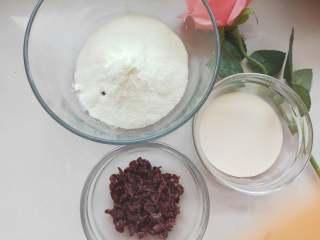 宝宝辅食----超级简单又好吃的酸奶球 ,所有材料准备好 ,酸奶喝奶粉分别倒入碗中,蔓越莓切碎备用